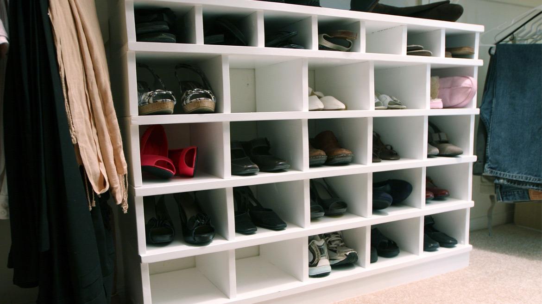 menyimpan sepatu